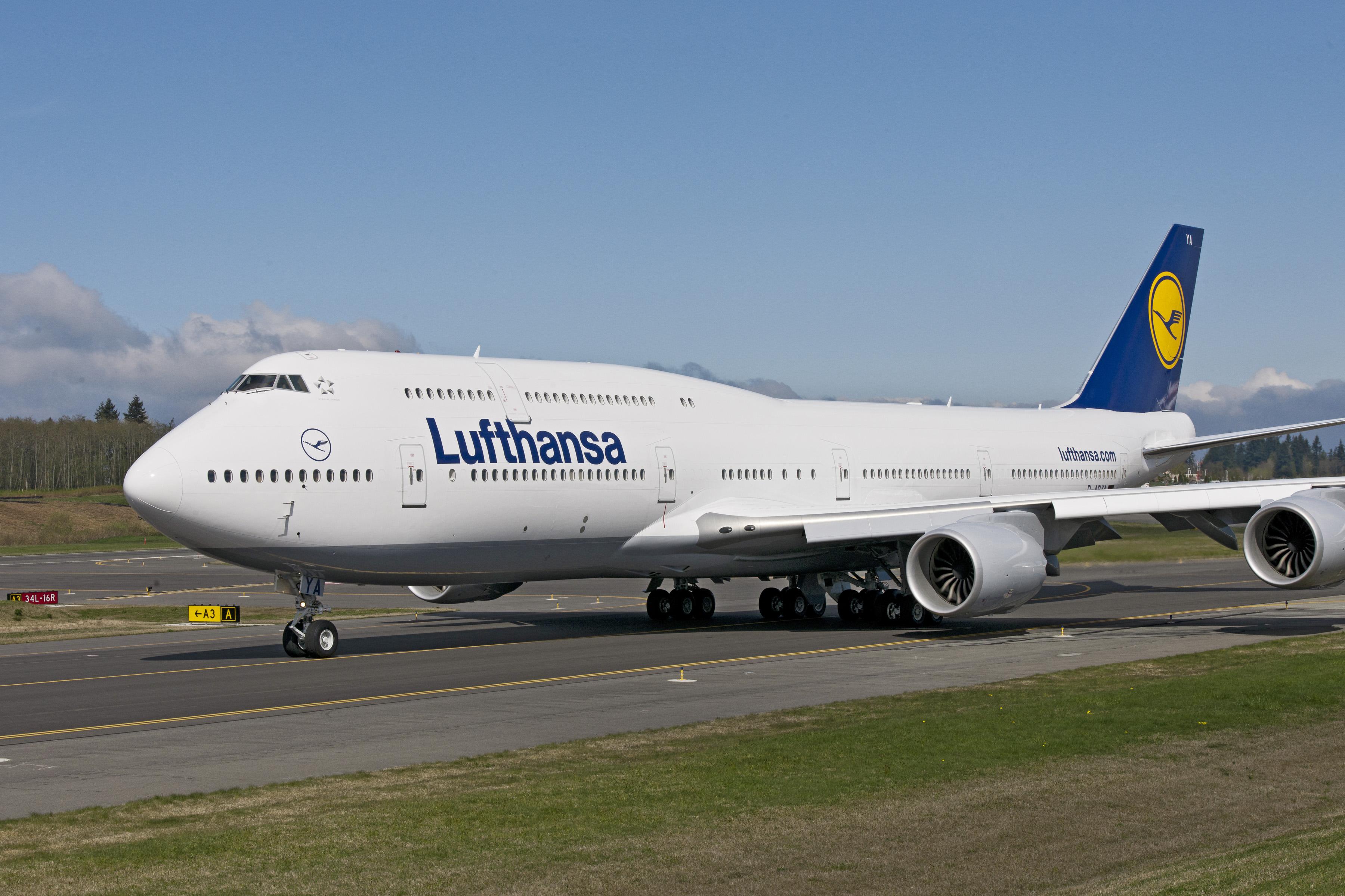 aeronava boeing 747 8i lufthansa a ajuns acasa. Black Bedroom Furniture Sets. Home Design Ideas