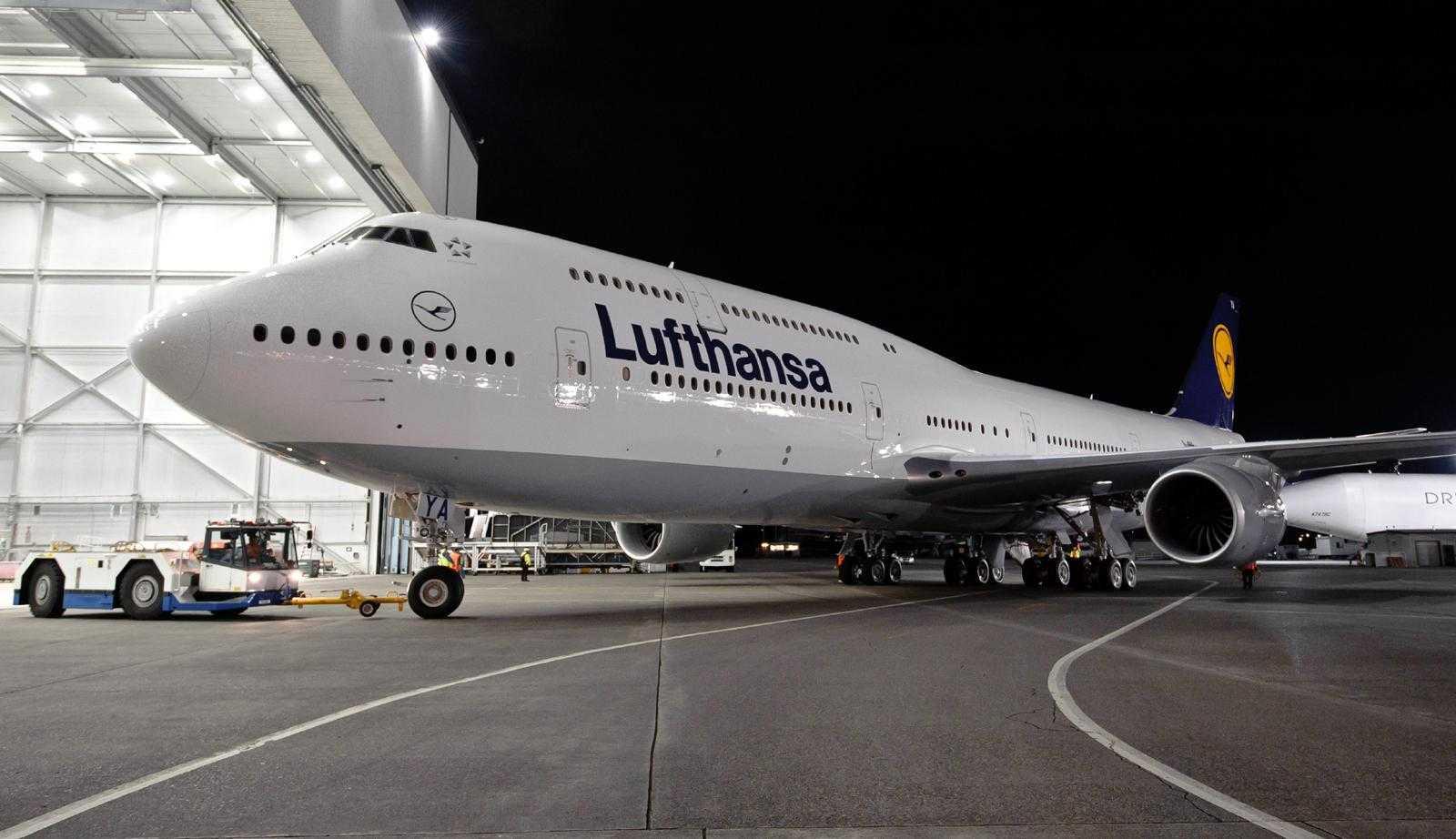 Lufthansa 747-8I paint hangar roll out K65426-
