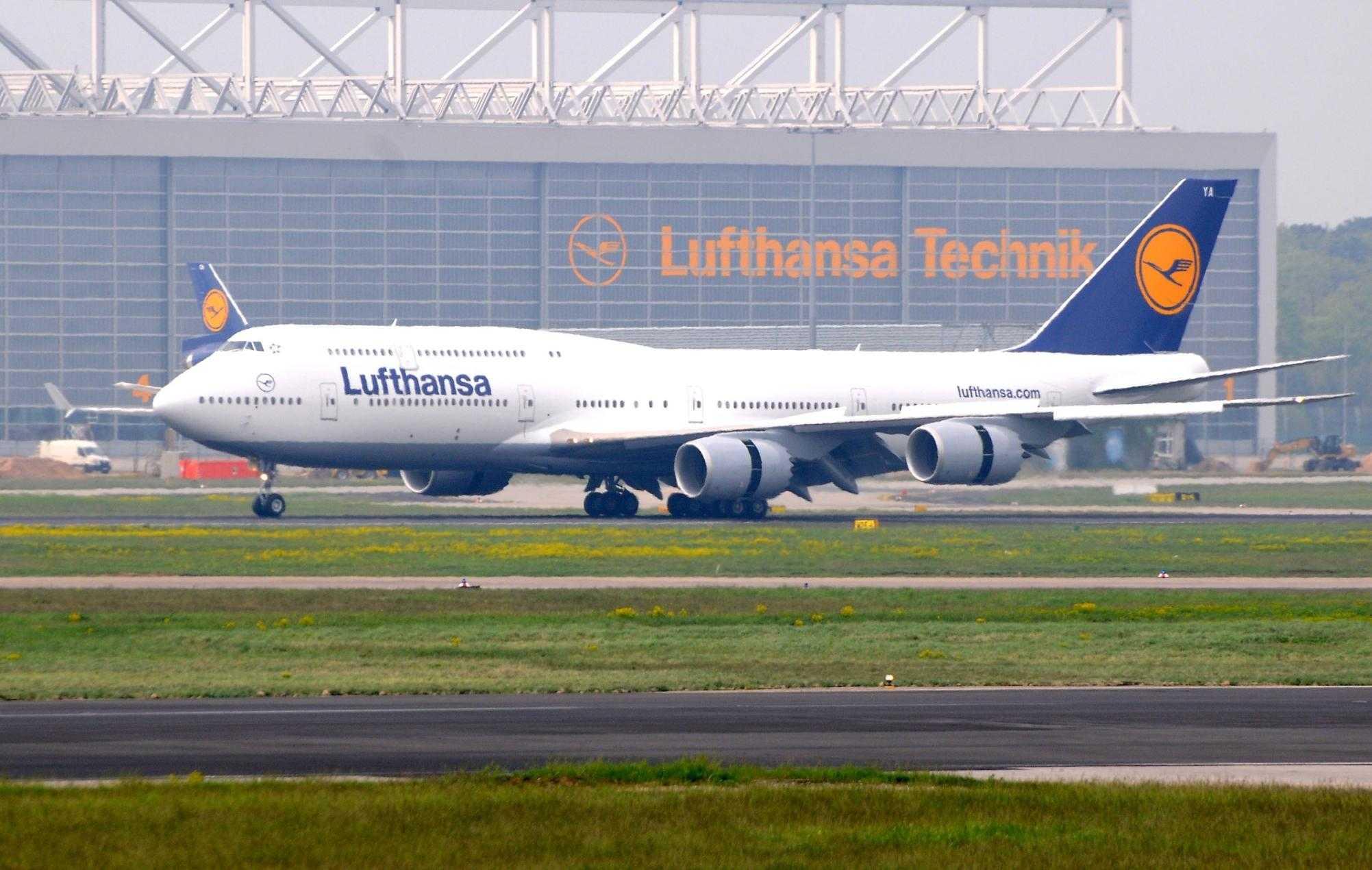Am 02.05.2012 rollt die erste  Boeing 747-8 Intercontinental in die Halle 5 der Lufthansa.