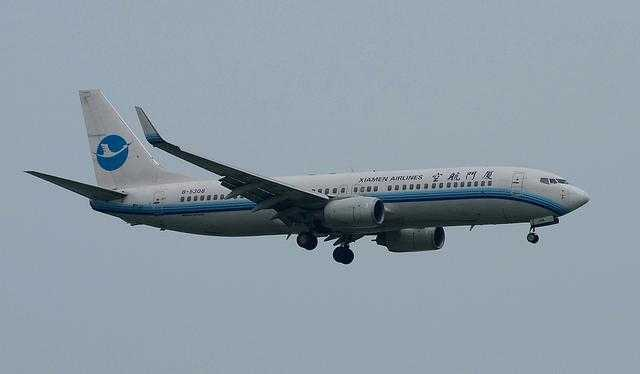 Xiamen_Airlines_B757_old_paint_at_ZSAM