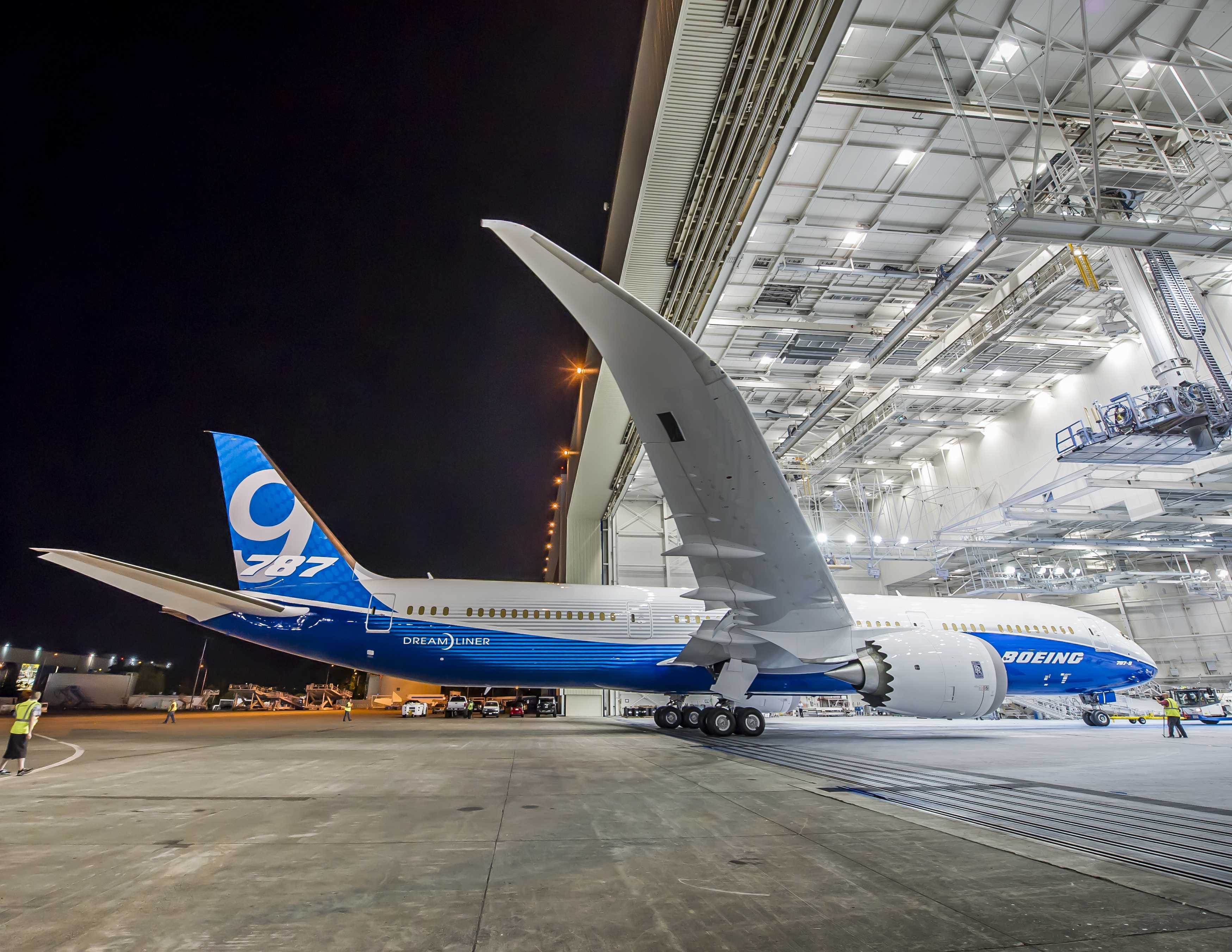 787-9 Paint hangar Roll Out