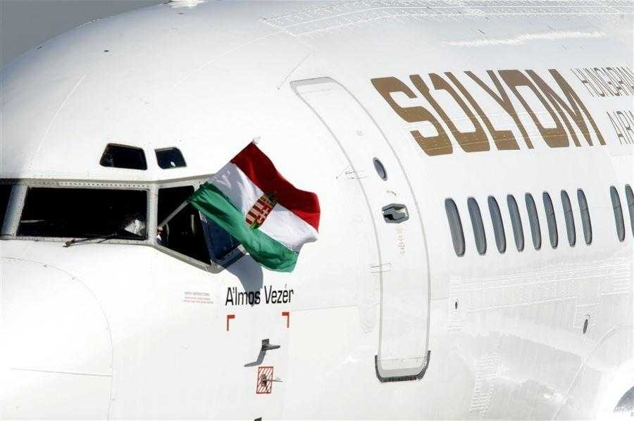Solyom Hungarian Airways 737-500_1