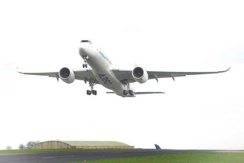Airbus_A350_XWB_takes_off