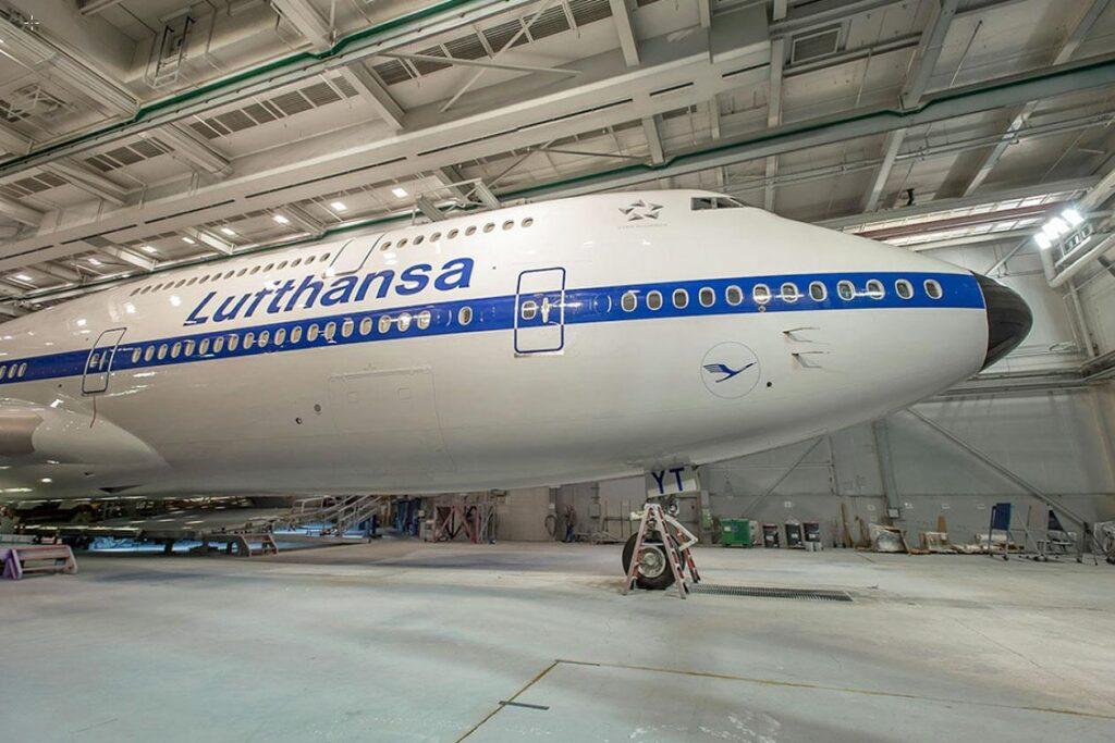 Boeing_747-8I_Lufthansa_retro_livery_1