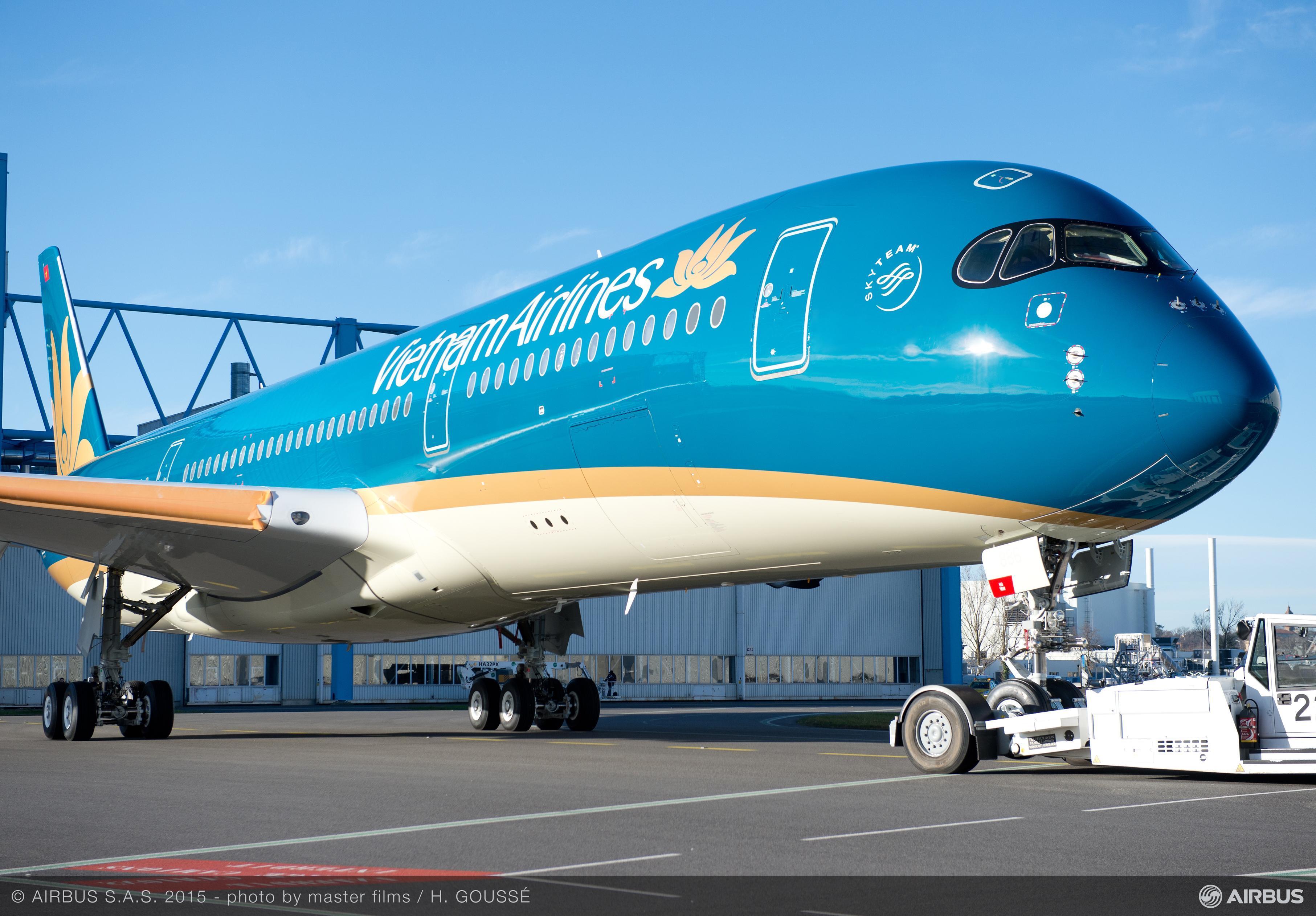 A350-900_Vietnam_Airlines_roll_out_paintshop_2