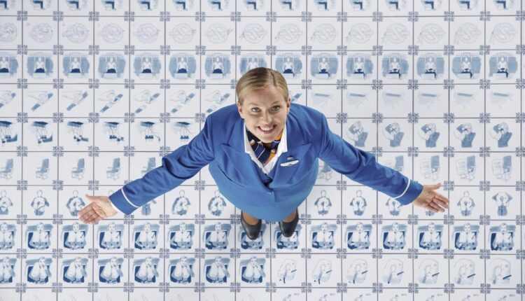 Noul clip KLM cu instrucţiunile de siguranţă la bord inspirat din tehnica de decorare Delftware