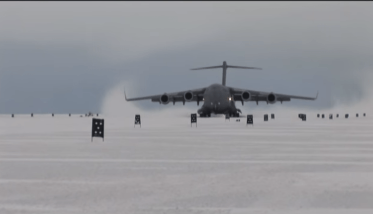 (Video) Aterizara unui Boeing C-17 pe pista de gheaţă din Antarctica