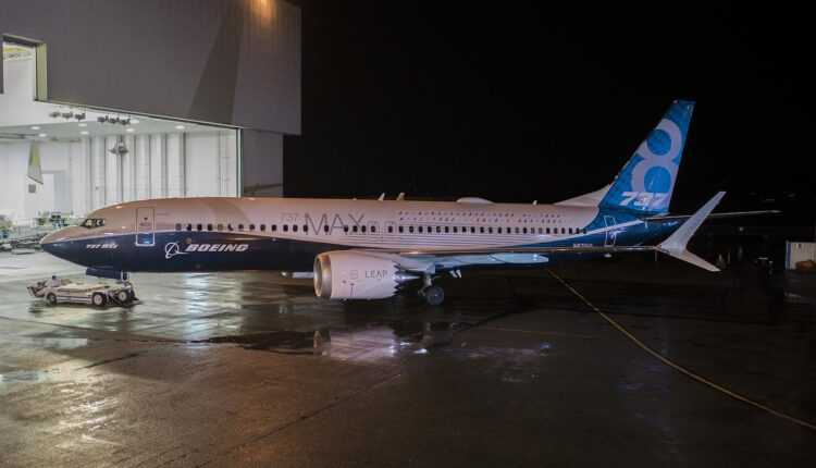 Boeing a prezentat primul avion 737 MAX 8
