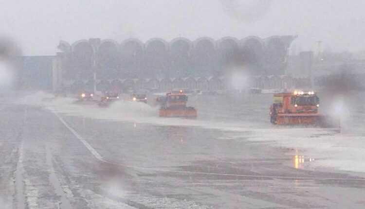 (Video) Iarnă, zăpadă, viscol: deszăpezirea la Aeroportul Internaţional Otopeni