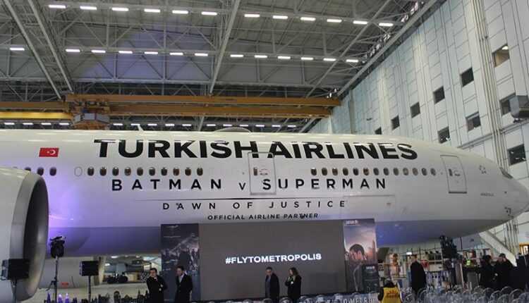 Marea bătălie Batman v Superman pe un Boeing 777-300ER Turkish Airlines