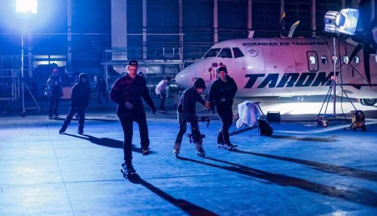 (Video) Skateboarding printre avioanele din hangarul Tarom