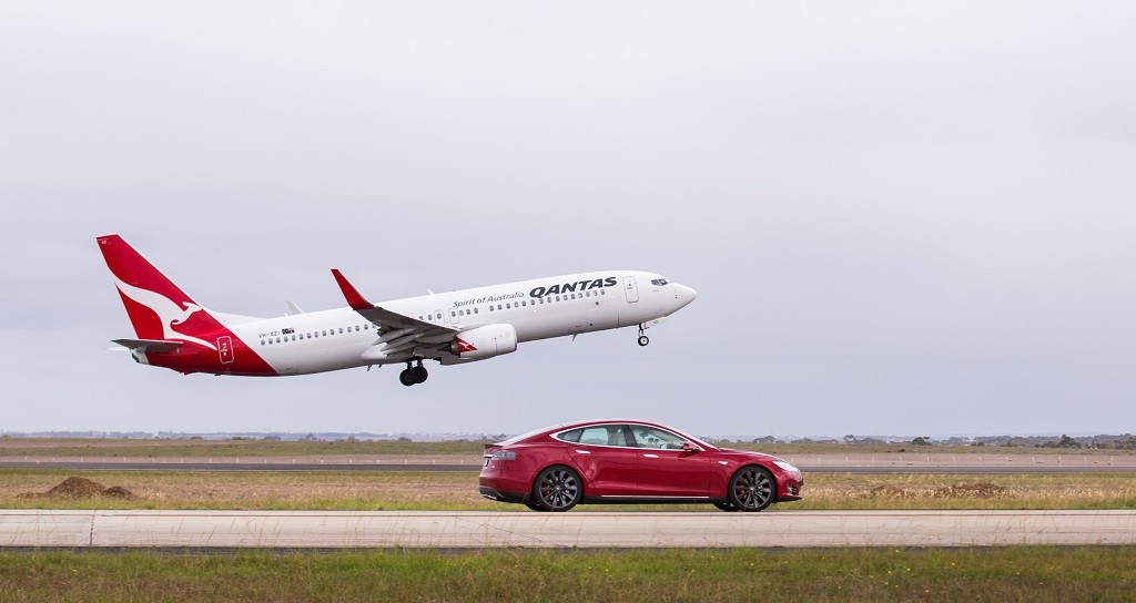 TAKE-OFF-737-Qantas-vs-Tesla Model S-