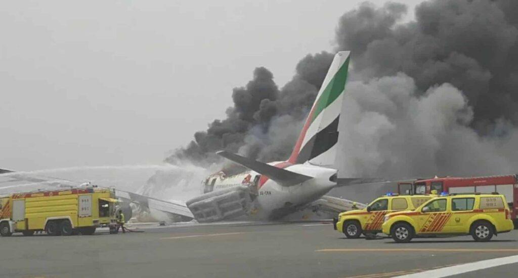 Boeing-777-300ER-Emirates-crash-lands
