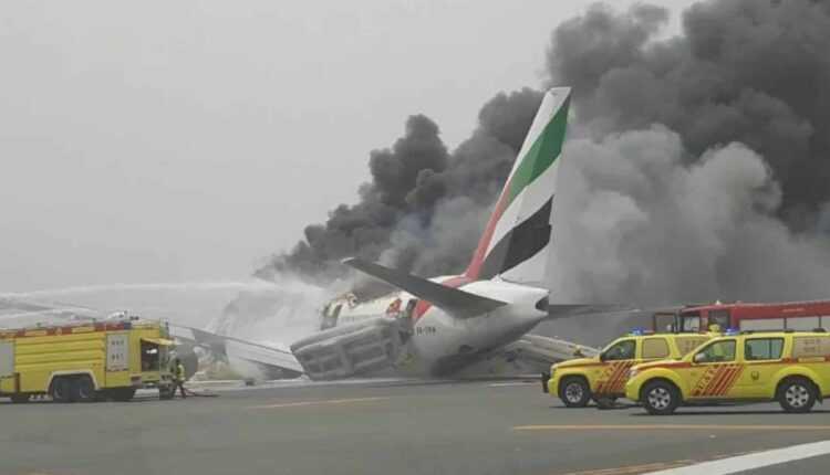 (Video) ACCIDENT: Boeing 777-300 Emirates în flăcări pe aeroportul din Dubai