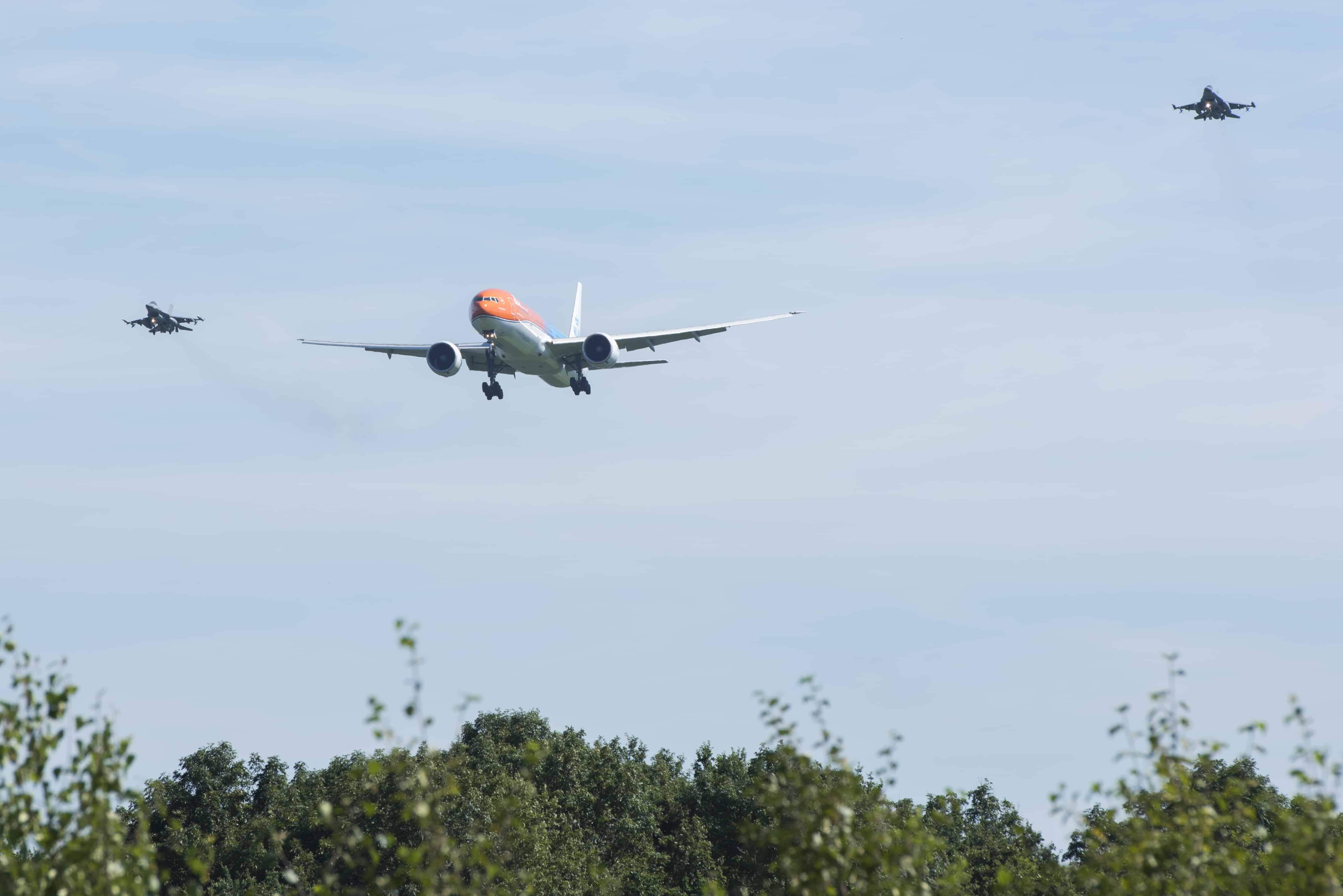 boeing-777-300-er-KLM-escortata-avioane-F-16