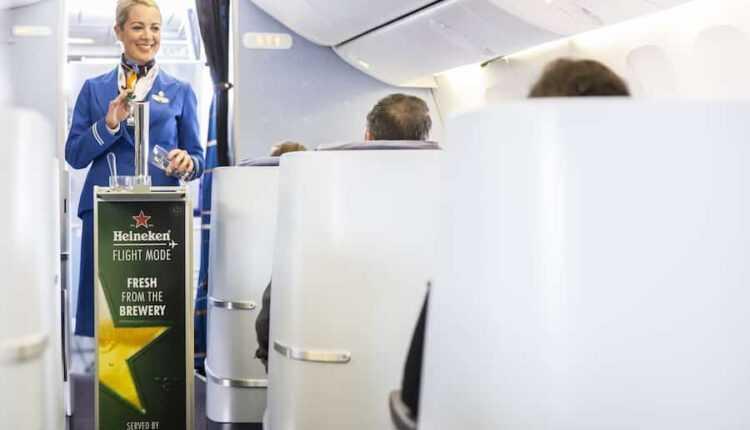 Bere rece Heineken de la dozator pe un zbor KLM