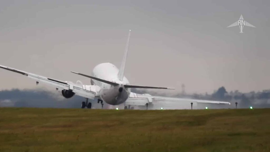 boeing-737-400-crosswind-landing-praga
