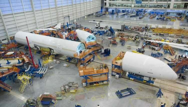 Primul Boeing 787-10 Dreamliner, pe linia de asamblare