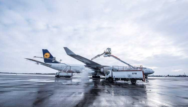 Degivrarea unui Airbus A340-600 Lufthansa (Foto / Video)