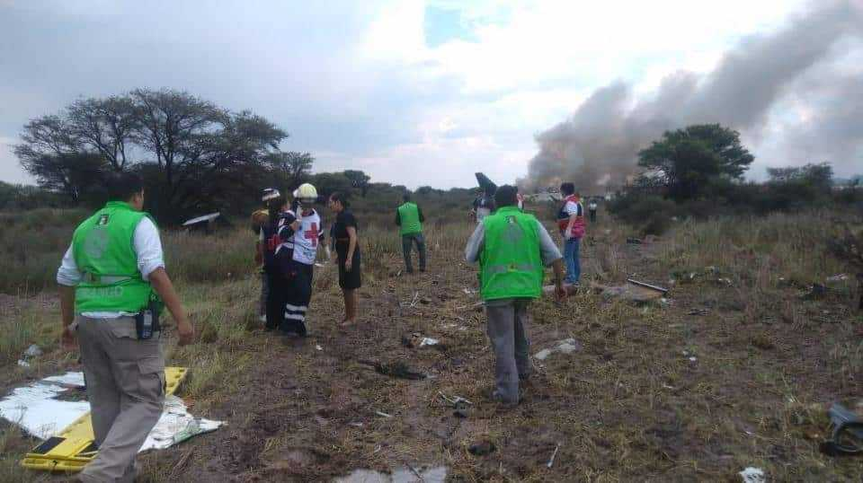accident-air-Embraer-e190-Aeromexico-rescuers