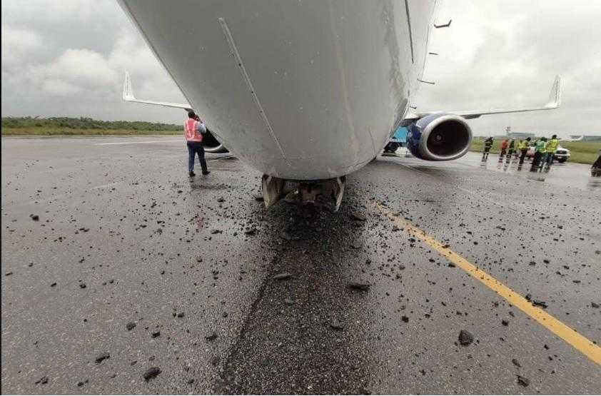 Boeing-737 300-5N-BQO-Aire-Paz-pista-destruida