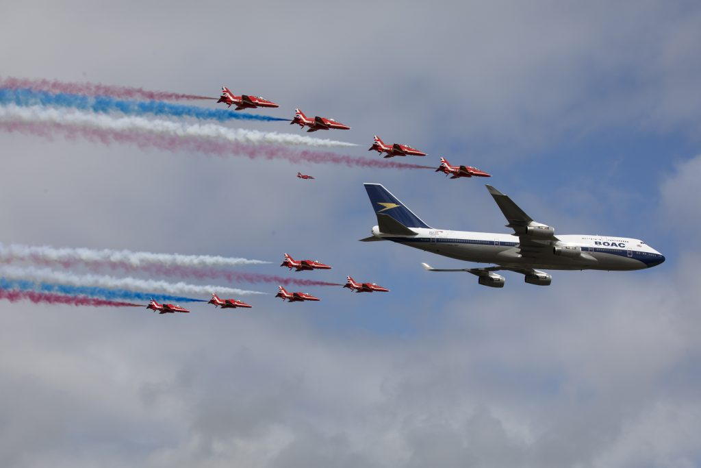 Vuelo aéreo BA 747 y Red Arrows RIAT
