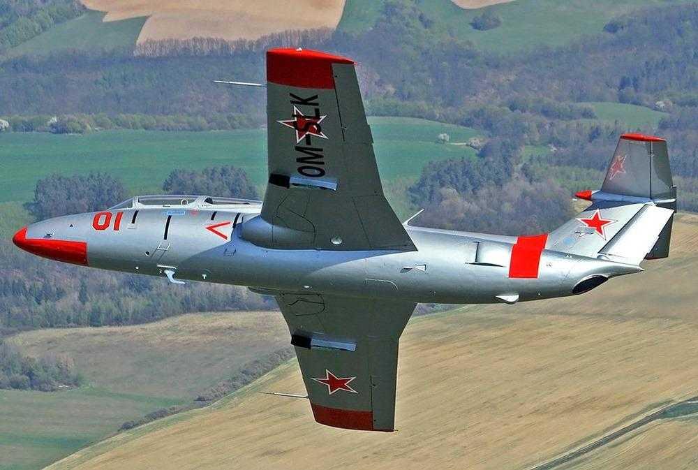 Aero-L-29 golfinho-viés 2019