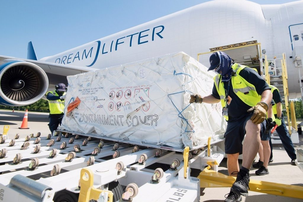 3 самолета Boeing Dreamlifter доставили козырьки и защитные очки в Южную Каролину