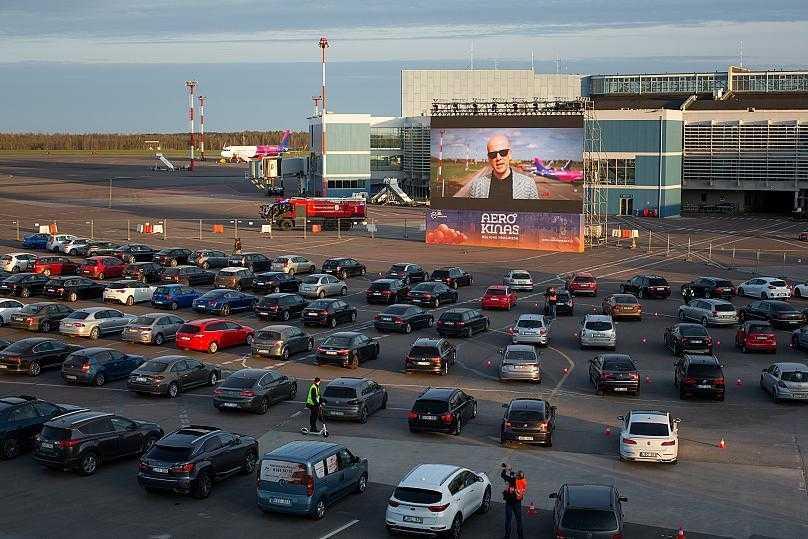 L'aéroport de Vilnius transformé en drive-in cinéma (photo / vidéo)